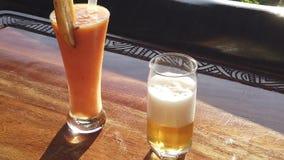Τροπικές κοκτέιλ και μπύρα των Σεϋχελλών φιλμ μικρού μήκους