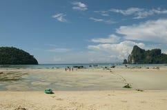 Τροπικές παραλία και θάλασσα στην Ταϊλάνδη στοκ εικόνα με δικαίωμα ελεύθερης χρήσης