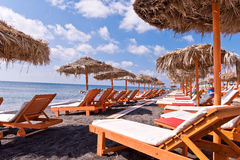 Τροπικές ωκεάνιες ομπρέλες Thatched σαλονιών αυλακώματος παραλιών πορτοκαλιές άσπρες στοκ φωτογραφία με δικαίωμα ελεύθερης χρήσης
