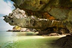 Τροπική άποψη παραλιών από τη σπηλιά ασβεστόλιθων καρστ Το ωκεάνιο u τοπίων Στοκ Φωτογραφία
