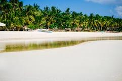 Τροπική άσπρη παραλία άμμου με τους πράσινους φοίνικες και τα σταθμευμένα αλιευτικά σκάφη στην άμμο Εξωτικός παράδεισος νησιών στοκ εικόνες με δικαίωμα ελεύθερης χρήσης