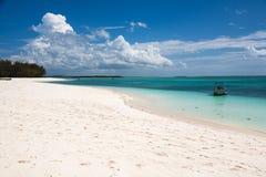 Τροπική άσπρη παραλία άμμου σε Zanzibar Στοκ Φωτογραφία