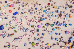 Τροπική έννοια διακοπών και ταξιδιού, τοπ άποψη της παραλίας που παρουσιάζει τις ζωηρόχρωμους ομπρέλες και ανθρώπους που χαλαρώνο στοκ φωτογραφίες με δικαίωμα ελεύθερης χρήσης