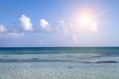 Τροπική ήρεμη θάλασσα τοπίων και ο μπλε ουρανός με τα σύννεφα Στοκ Εικόνες