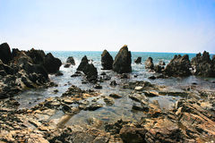 Τροπική δύσκολη παραλία σε Arambol, Goa, Ινδία Στοκ Φωτογραφίες