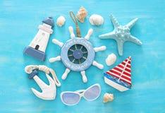 Τροπική εικόνα ταξιδιού διακοπών και καλοκαιριού με τα αντικείμενα τρόπου ζωής θάλασσας Τοπ όψη στοκ εικόνα με δικαίωμα ελεύθερης χρήσης