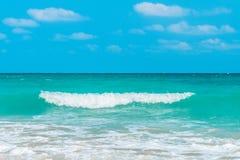 Τροπική θάλασσα κάτω από το μπλε ουρανό Στοκ φωτογραφίες με δικαίωμα ελεύθερης χρήσης