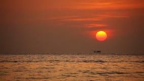 Τροπική θάλασσα στο όμορφο ηλιοβασίλεμα απόθεμα βίντεο