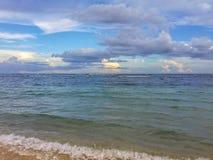 Τροπική θάλασσα κάτω από το μπλε ουρανό Στοκ Εικόνες