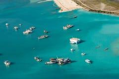 Τροπική λιμενική arial άποψη νησιών με τις βάρκες και τα σκάφη στις Μαλδίβες Στοκ Φωτογραφίες