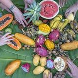 Τροπική κατάταξη φρούτων σε ετοιμότητα φύλλα τα πράσινα μπανανών και ανθρώπων Το Yummy επιδόρπιο, κλείνει επάνω Μάγκο, papaya, pi στοκ φωτογραφία με δικαίωμα ελεύθερης χρήσης