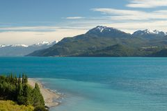 Τροπική μπλε λίμνη στρατηγός Carrera, Χιλή με τα βουνά τοπίων στοκ εικόνες