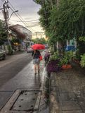 τροπική ομπρέλα εποχής παραλιών βροχερή αμμώδης Στοκ εικόνες με δικαίωμα ελεύθερης χρήσης