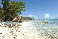 Τροπική παραλία άμμου στα νησιά των Σεϋχελλών Στοκ Φωτογραφίες