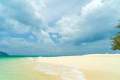 Τροπική παραλία, ηλιόλουστη ημέρα Στοκ Εικόνα