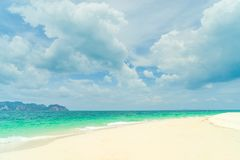 Τροπική παραλία, ηλιόλουστη ημέρα Στοκ φωτογραφία με δικαίωμα ελεύθερης χρήσης