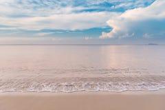 Τροπική παραλία με τα όμορφα σύννεφα σε Rayong, Ταϊλάνδη Στοκ Φωτογραφίες
