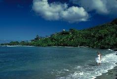 Τροπική παραλία με τη γυναίκα στο άσπρο φόρεμα Στοκ Εικόνα
