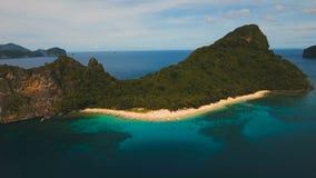 Τροπική παραλία με τις βάρκες, εναέρια άποψη νησί τροπικό απόθεμα βίντεο