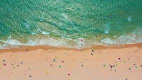 ( Τροπική παραλία με το τυρκουάζ ωκεάνια νερό και τα κύματα, εναέρια άποψη απόθεμα βίντεο