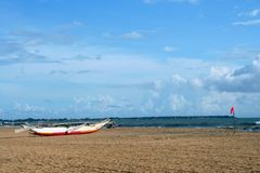 Τροπική παραλία με το φοίνικα στοκ φωτογραφία με δικαίωμα ελεύθερης χρήσης