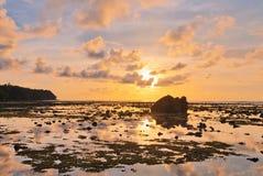 Τροπική παραλία στο ηλιοβασίλεμα στοκ εικόνες