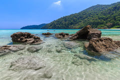 Τροπική παραλία νησιών και σαφές μπλε νερό λιμνοθαλασσών με το μπλε ουρανό στο νησί Surin kho, επαρχία Phang Nga, νότος της Ταϊλά Στοκ φωτογραφίες με δικαίωμα ελεύθερης χρήσης