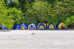 Τροπική παραλία νησιών και σαφές μπλε νερό λιμνοθαλασσών με το μπλε ουρανό στο νησί Surin kho, επαρχία Phang Nga, νότος της Ταϊλά Στοκ εικόνα με δικαίωμα ελεύθερης χρήσης