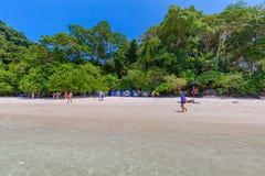 Τροπική παραλία νησιών και σαφές μπλε νερό λιμνοθαλασσών με το μπλε ουρανό στο νησί Surin kho, επαρχία Phang Nga, νότος της Ταϊλά Στοκ Φωτογραφία