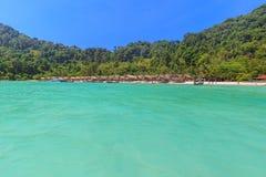 Τροπική παραλία νησιών και σαφές μπλε νερό λιμνοθαλασσών με το μπλε ουρανό στο νησί Surin kho, επαρχία Phang Nga, νότος της Ταϊλά Στοκ Φωτογραφίες