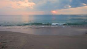 Τροπική παραλία στο όμορφο ηλιοβασίλεμα απόθεμα βίντεο