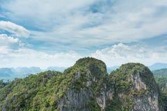 Τροπικοί βουνά και μπλε ουρανός στοκ εικόνα
