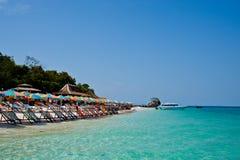 Τροπικός άσπρος μπλε ουρανός παραλιών άμμου arainst Νησιά Similan, Ταϊλάνδη, Phuket Νησιά Similan, Phu Στοκ φωτογραφία με δικαίωμα ελεύθερης χρήσης
