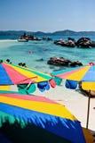 Τροπικός άσπρος μπλε ουρανός παραλιών άμμου arainst Νησιά Similan, Ταϊλάνδη, Phuket νησιά similan Στοκ Εικόνα
