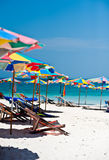 Τροπικός άσπρος μπλε ουρανός παραλιών άμμου arainst Νησιά Similan, Ταϊλάνδη, Phuket Νησιά Similan, Phu Στοκ Εικόνες