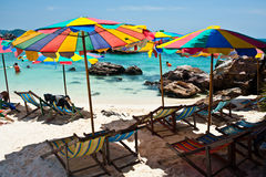Τροπικός άσπρος μπλε ουρανός παραλιών άμμου arainst Νησιά Similan, Ταϊλάνδη, Phuket Νησιά Similan, Phu Στοκ Εικόνα