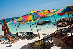 Τροπικός άσπρος μπλε ουρανός παραλιών άμμου arainst Νησιά Similan, Ταϊλάνδη, Phuket Νησιά Similan, Phu Στοκ Φωτογραφίες