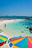 Τροπικός άσπρος μπλε ουρανός παραλιών άμμου arainst Νησιά Similan, Ταϊλάνδη, Phuket Νησιά Similan, Phu Στοκ φωτογραφίες με δικαίωμα ελεύθερης χρήσης