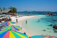 Τροπικός άσπρος μπλε ουρανός παραλιών άμμου arainst Νησιά Similan, Ταϊλάνδη, Phuket Νησιά Similan, Phu Στοκ Φωτογραφία