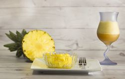 Τροπικός ανανάς φρούτων - εύγευστος χυμός ανανάδων comosus- και παρουσιασμένος στα λεπτά κομμάτια στοκ φωτογραφίες