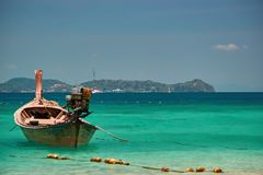 Τροπικός παράδεισος έννοιας Ξύλινο αλιευτικό σκάφος στα τυρκουάζ νερά στο υπόβαθρο των νησιών και μπλε ουρανός στην ηλιόλουστη ημ στοκ φωτογραφίες με δικαίωμα ελεύθερης χρήσης