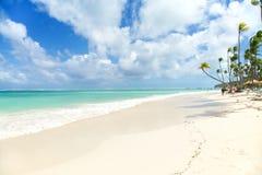 Τροπικός παράδεισος - άσπρη παραλία άμμων Στοκ Εικόνα