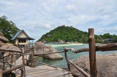 Τροπικός παράδεισος - ξύλινη διάβαση κατά μήκος της παραλίας και ενός μικρού στοκ εικόνα