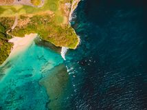 Τροπικός ωκεανός με τα κύματα και τα surfers στο Μπαλί, πυροβολισμός κηφήνων εναέρια όψη στοκ φωτογραφία με δικαίωμα ελεύθερης χρήσης