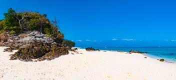 Τροπικό αμμώδες πανόραμα παραλιών με το μεγάλο βράχο στο νησί, Phi Π Στοκ Εικόνες
