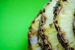Τροπικό εσπεριδοειδές ο ανανάς που κόβεται στα δαχτυλίδια σε ένα πράσινο υπόβαθρο r Εξωτικός του καλοκαιριού στοκ φωτογραφία με δικαίωμα ελεύθερης χρήσης