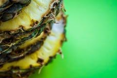 Τροπικό εσπεριδοειδές ο ανανάς που κόβεται στα δαχτυλίδια σε ένα πράσινο υπόβαθρο τρόφιμα υγιή Εξωτικός του καλοκαιριού στοκ εικόνες