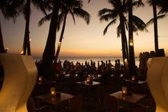Τροπικό εστιατόριο παραλιών πολυτέλειας με τους ανθρώπους στο ηλιοβασίλεμα Φιλιππίνες στοκ εικόνα με δικαίωμα ελεύθερης χρήσης