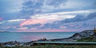 Τροπικό ηλιοβασίλεμα στο φραγμό και τα κάγκελα Lenny στους κοκοφοίνικες Cayo, Κούβα στοκ εικόνες