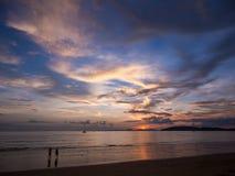 Τροπικό ηλιοβασίλεμα τοπίων στην παραλία AO Nang, επαρχία Krabi Στοκ Φωτογραφία